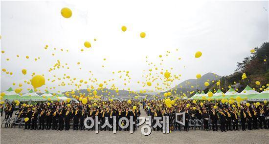 추모객들이 노란 풍선을 하늘로 날리며 희생자 추모 및 세월호 선체 인양을 통한 미수습자 수습을 기원했다.