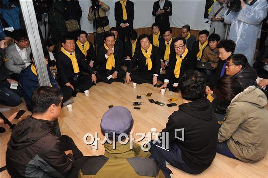 김영석 장관과 이낙연 도지사가 함께 미수습자 가족들을 찾아 위로하고 그들의 애로사항을 청취하며 아픔을 나누는 시간을 가지기도 했다.