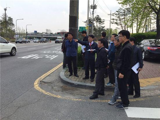 수원시 공무원들이 주요 도로시설물의 개보수를 위해 현장점검을 하고 있다.