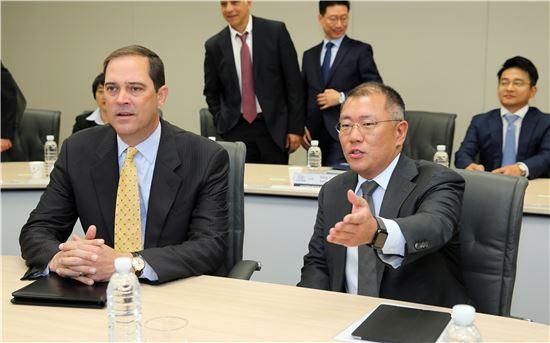 19일 현대자동차그룹 서울 양재사옥 회의실에서 정의선 부회장(오른쪽)과 척 로빈스 시스코 회장(왼쪽)이 미래 커넥티드카 개발 협업에 대한 대화를 나누고 있다.