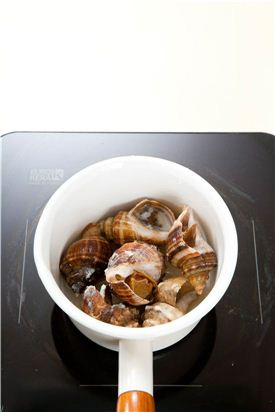 2. 소라는 끓는 물에 4~5분 정도 삶아 한 김 식힌다.
