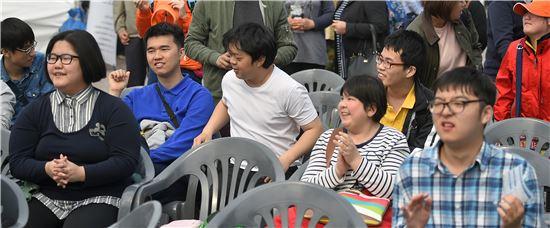 지난 18일 서울 여의도광장에서 열린 '2016 함께서울 누리축제 장애인의 날' 기념식을 찾은 장애우들이 축제를 즐기고 있다. 사진=윤동주 기자 doso7@
