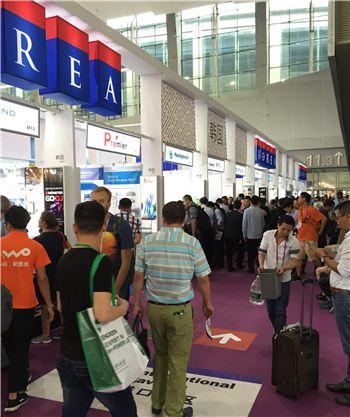 지난 15일부터 19일까지 5일간 중국 광저우에서 개최된 '제119회 중국 광저우 춘계 수출입상품교역회 춘계 1기' 행사장을 찾은 바이어들이 한국관을 둘러보고 있다.