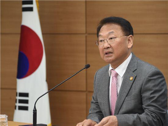 """유일호 경제팀의 '산업개혁', 변죽만 울릴까?…""""집권말기에 새 개혁과제 무리"""" 지적"""