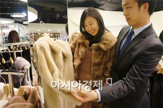 현대百, 100억 규모 모피 할인행사 개최…최대 70% 할인