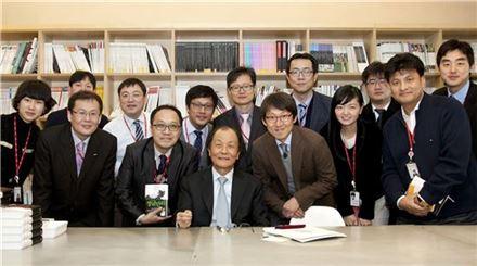 현대산업개발 교육 프로그램인 '지식경영특강' 강연자로 나선 조정래 작가(앞줄 왼쪽 네 번째)가 현대산업개발 직원들과 단체사진을 찍고 있다.(자료:현대산업개발)