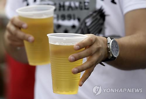 야구장에서 즐기는 맥주. 사진=연합뉴스
