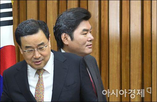 [포토]회의 참석하는 원유철·김정훈