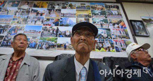 [포토]기자회견 지켜보는 어버이연합 회원들