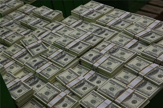 과연, 돈이면 무엇이든 할 수 있다는 배금주의만이 문제일까?
