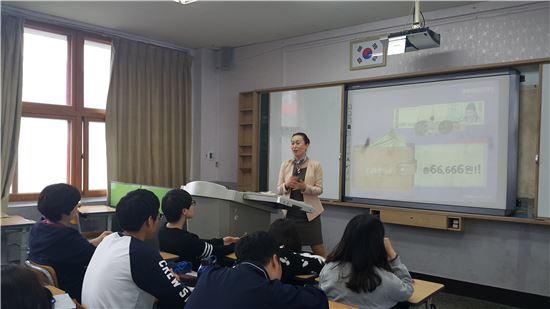 NH농협은행은 지난 21일 서울 대경상업고등학교에서 금융교육을 실시했다. 신은이 NH농협은행 강북사업부 차장이 금융교육을 진행하고 있다.(출처: NH농협은행)