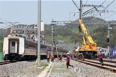 150t급 대형 기중기가 투입된 복구 현장 옆으로 순천역에서 운행할 예지 열차가 이동하고 있다.