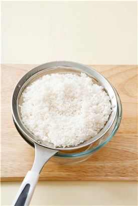 1. 쌀은 씻어 20분 정도 불려 물기를 뺀다.