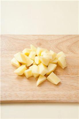 2. 감자는 껍질을 벗겨 큼직하게 썬다.