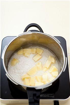 3. 냄비에 쌀과 감자를 넣고 물을 넣어 밥을 짓는다.