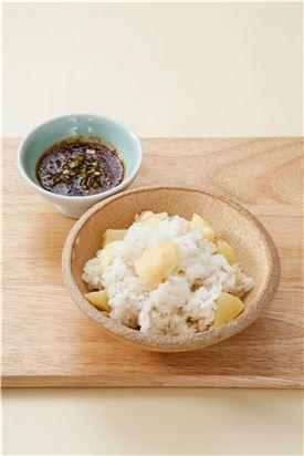 4. 밥이 뜸이 들면 밥공기에 담고 분량의 양념장 재료를 섞어 곁들인다.