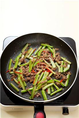 4. 오이와 쇠고기가 익으면 홍고추를 넣어 볶고 소금, 참기름, 깨소금을 넣는다.