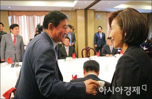[포토]인사하는 최경환·나경원