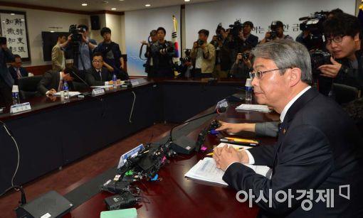 임종룡 금융위원장이 구조조정관련 회의를 주재하고 있다.