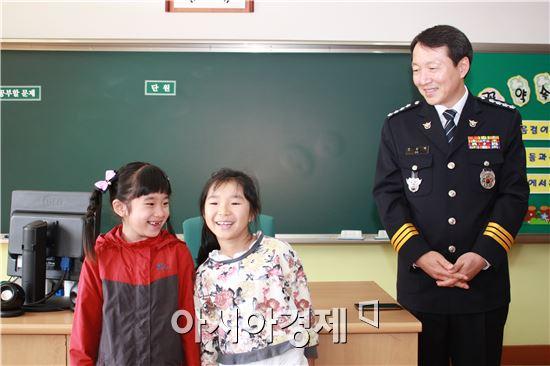 곡성경찰서(총경 오상택)는 26일 경찰서장이 옥과초등학교를 직접 방문햐 선행 학생들에게 상장을 수여했다.