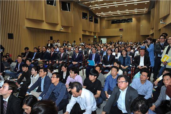 26일 서울시청 대회의실에서 열린 역세권2030청년주택 설명회에 수많은 참석자가 몰려 설명을 듣고 있다.