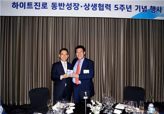 하이트진로는 25일 서울 여의도 콘래드호텔에서 동반성장 및 상생협력 5주년 기념행사를 진행했다. 이 날 행사에는 손봉수 하이트진로 생산총괄 사장 외 20여 명의 하이트진로 임직원들과 60여 명의 협력사 임직원들이 참석했다.