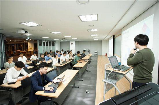 경기콘텐츠진흥원이 2014년부터 진행하는 청년창업 스마트2030사업의 교육 장면