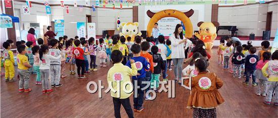 장흥군 어린이급식관리지원센터(센터장 박영희)는 지난 26일 군민회관 3층 대회의실에서 '영양마을 튼튼 놀이터'캠프를 개최했다.