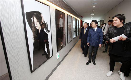 남경필 경기지사가 경기패션창작스튜디오 개관식에 참석한 뒤 사무실을 둘러보고 있다.