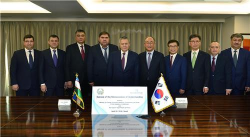 사진 왼쪽 네번째부터 엘리요르 가니예프 MFERIT 장관, 루스탐 아지모프 우즈베크 제1부총리, 이덕훈 수은 행장