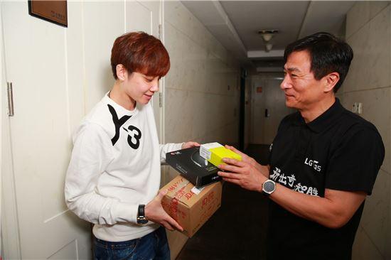 LG전자 중국법인장 이혜웅 부사장(오른쪽) 이 직접 'G5' 구매고객 '리우저어'에게 제품을 배송하며 선물을 증정하고 있다. LG전자는 지난 28일 중국에서 'G5와 프렌즈'를 출시했다.