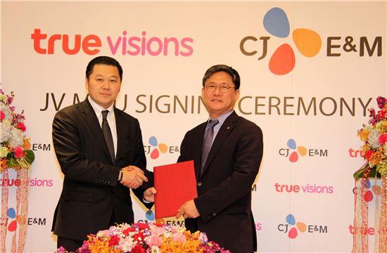 CJ E&M과 태국 트루비전스는 지난 달 29일 트루비전스 사옥에서 'CJ E&M-트루비전스 합작법인 설립 MOU' 체결식을 진행했다. (좌로부터)수파킷 체라바논트 트루비전스 회장과 김성수 CJ E&M 대표.