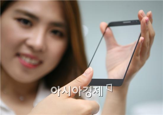 ▲LG이노텍 직원이 스마트폰용 '글라스 일체형 지문인식모듈'을 소개하고 있다.(제공=LG이노텍)
