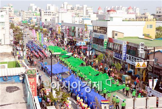 제4회 부안마실축제가 오는 5월 6일 개막하는 가운데 관광객의 눈과 귀를 사로잡을 부래만복 퍼레이드에 대한 기대감이 높아지고 있다.
