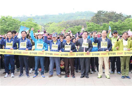 박홍섭 마포구청장이 마포구민 걷기대회 전 화이티을 외치고 있다.