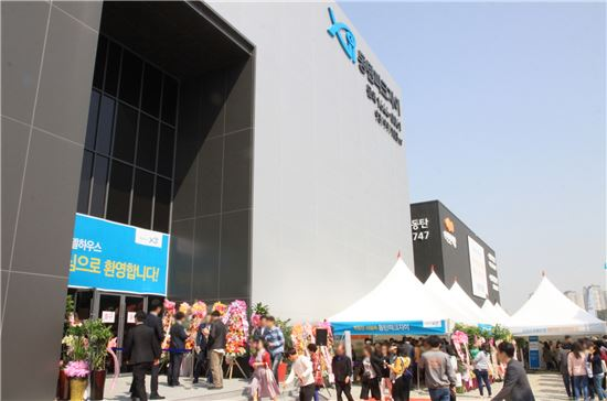 GS건설이 지난달 29일 동탄2신도시에 선보인 '동탄파크자이' 견본주택을 입장하기 위해 방문객들이 길게 줄을 서 있다.(제공:GS건설)