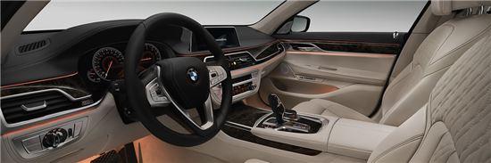 차량 실내에는 제스처 컨트롤 기능이 가능한 모니터와 운전자의 편의성을 최대한 고려한 다양한 장치들이 세련된 디자인으로 구성돼 있다.