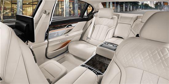 차량 뒷자석에는 '이그제큐디트 라운지 시팅'과 '마사지' 기능 등을 통해 안락한 승차감을 느낄 수 있다.