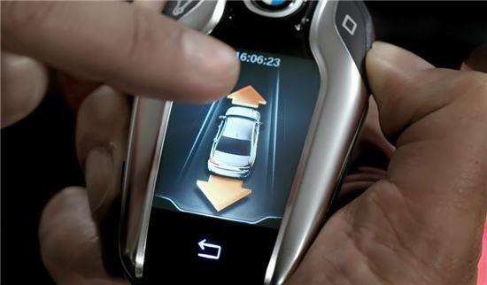 디스플레이 키를 사용하면 차량 '원격 제어 주차'가 가능하다.