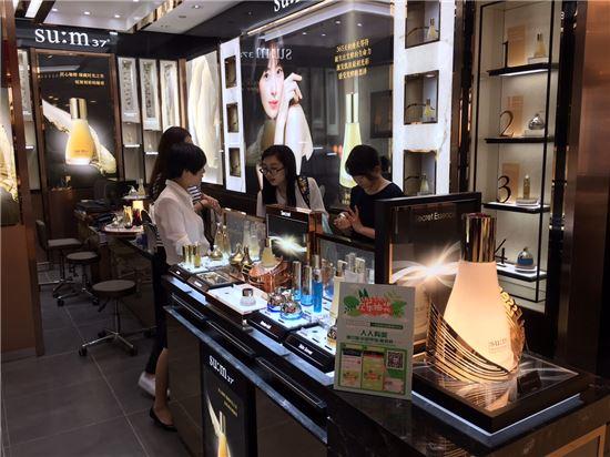 지난 달 30일 중국 항저우의 최고급 백화점인 우린인타이백화점에 오픈한 '숨37'의 첫번째 중국 매장을 방문한 중국 고객들이 제품을 살펴보고 있다.