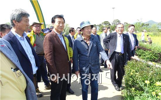 손학규 전 민주당 대표가 1일 함평나비축제가 열리고 있는 함평엑스포공원을 방문했다. 안병호 함평군수가 생태습지에 대해에 설명을 하고있다.