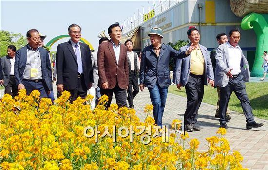 손학규 전 민주당 대표가 1일 함평나비축제가 열리고 있는 함평엑스포공원을 방문해  안병호 함평군수의 안내로 나비축제장을 둘러보고 있다.