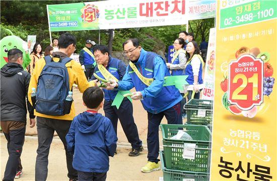 1일 농협유통 창사기념일이자 근로자의 날을 맞아 서울 서초구 청계산에서 김병문 대표이사와 정대훈 노조위원장 등 임직원 30여명이 오이를 나눠주고 있다.