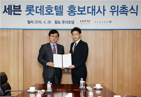 사진 왼쪽부터 김성한 롯데호텔부산 대표이사, 가수 세븐