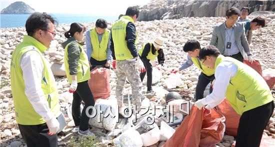 농협 전남지역본부(본부장 강남경)는 4월29일 완도군 청산면에서 '행복나눔 도서 전달식(청산초등학교) 및 환경정화활동(청산도 해안가)'을 실시했다.
