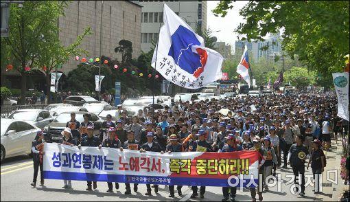 [포토]거리행진하는 노동자들