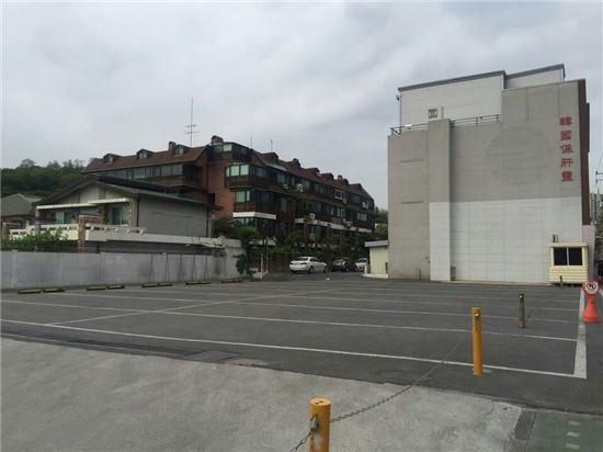 1일 서대문구 연희동에 위치한 한 사후면세점의 텅빈 주차공간 모습.