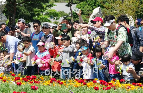 휴일을 맞아 1일 함평나비축제가 열리고 있는 함평엑스포공원에 전국에서 '나비따라 꽃길따라' 찾아온 관광객들로 체험장 마다 인산인해를 이루었다. 이날 가족과 함께 나비날리기 체험에 참석한 어린이들이 나비를 날리면서 즐거워 하고 있다.  나비날기체험 행사는 매일 오전 11시와 오후 2시에 두차례 열린다. 한편 함평나비축제는 5월8일 까지 함평엑스포공원 일원에서 열린다.