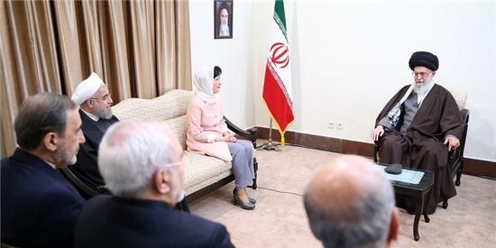 박근혜 전 대통령이 이란의 최고지도자 하메네이를 만나는 모습. (사진출처 : 이란 최고지도자 홈페이지)