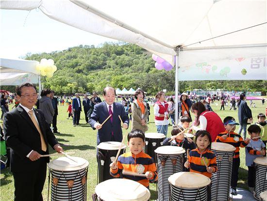 박홍섭 마포구청장(왼쪽 두번째)과 차재홍 마포구의회의장(왼쪽)이 음악놀이부스에서 참여 어린이들과 함께 난타를 하고 있다.